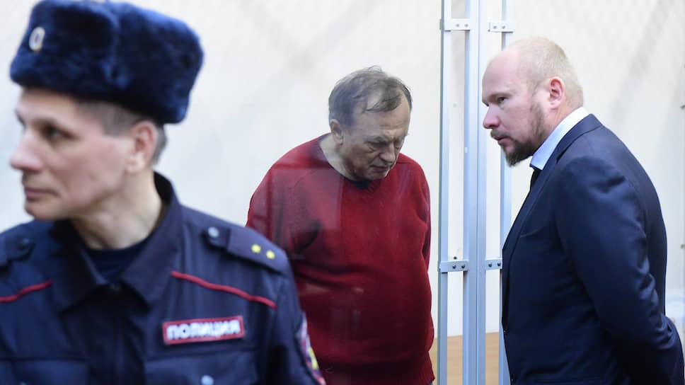 Историк Олег Соколов (в центре) и его адвокат Александр Почуев (справа)