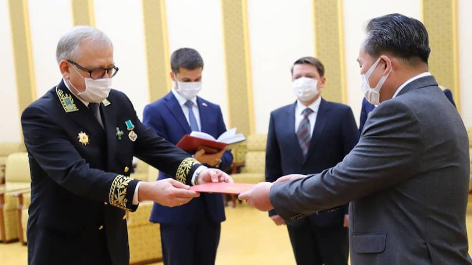 Посол России в КНДР Александр Мацегора передает медаль министру иностранных дел КНДР Ли Сон Гвону