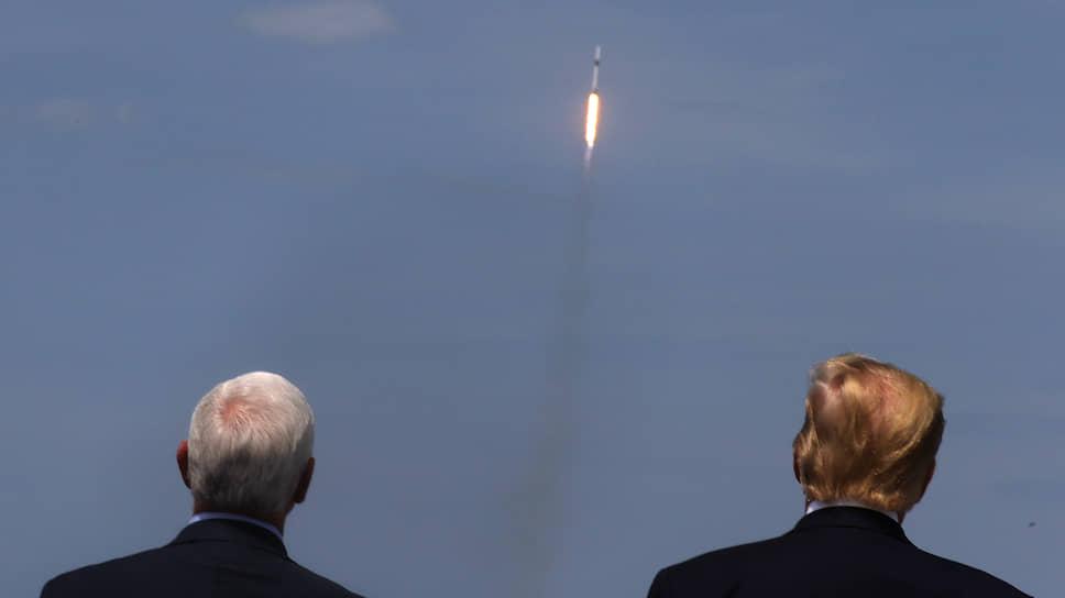 Вице-президент и президент США Майк Пенс (слева) и Дональд Трамп