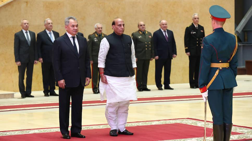 Министры обороны России и Индии Сергей Шойгу (слева) и  Раджнатх Сингх