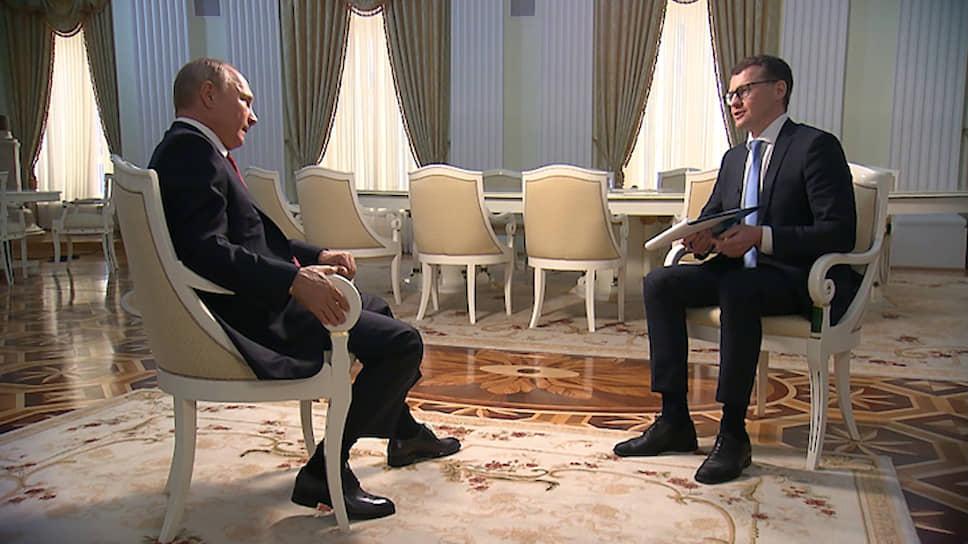 Президент России Владимир Путин (слева) и журналист Павел Зарубин
