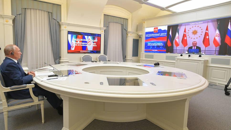 Президент России Владимир Путин и президент Турции Реджеп Тайип Эрдоган (на экране)