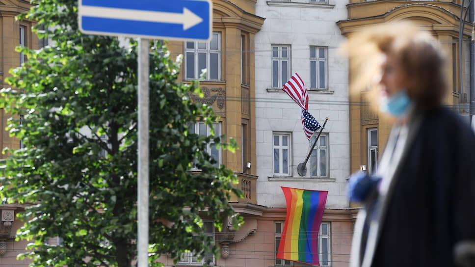 Радужный флаг на здании посольства США в Москве