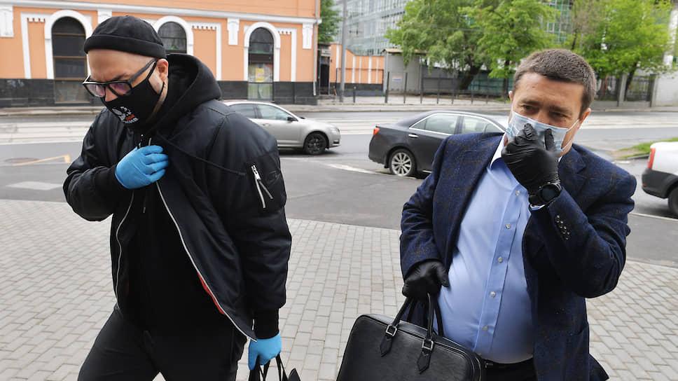 Режиссер Кирилл Серебренников (слева) и адвокат Дмитрий Харитонов