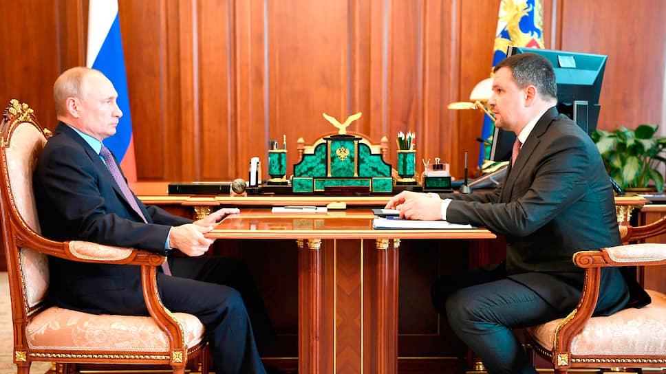 Президент России Владимир Путин (слева) и генеральный директор «Почты России» Максим Акимов