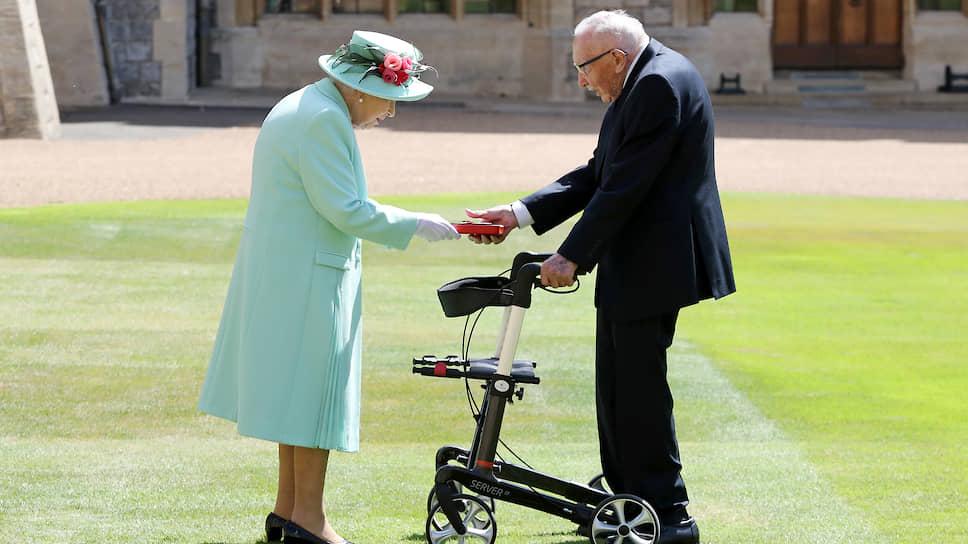 Королева Великобритании Елизавета II и посвященный в рыцари Том Мур