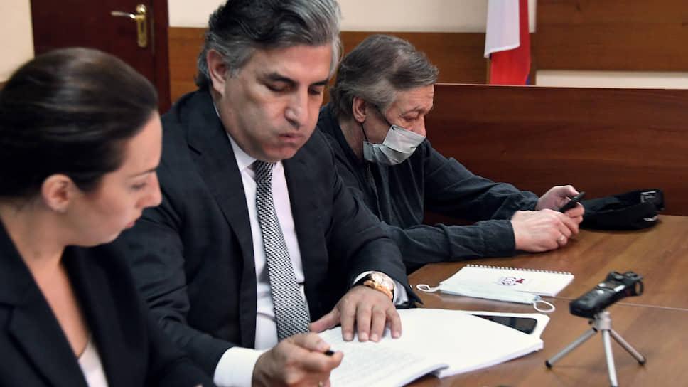 Адвокаты Елизавета Шаргородская и Эльман Пашаев (в центре) и актер Михаил Ефремов