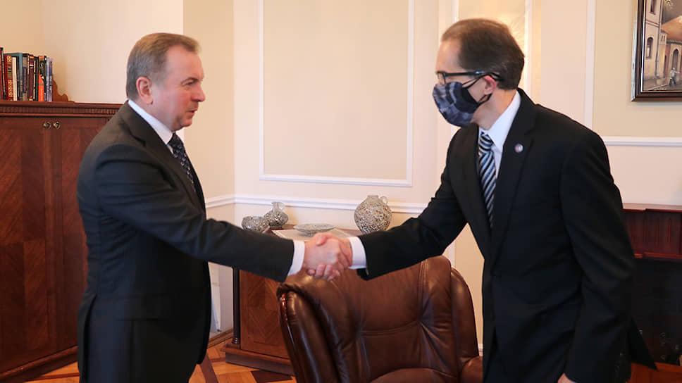 Глава МИД Белоруссии Владимир Макей (слева) и временный поверенный США Джеффри Джук