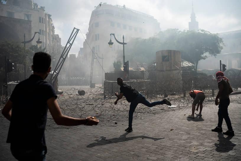 Участники акции штурмовали здания МИД Ливана и министерства экономики страны