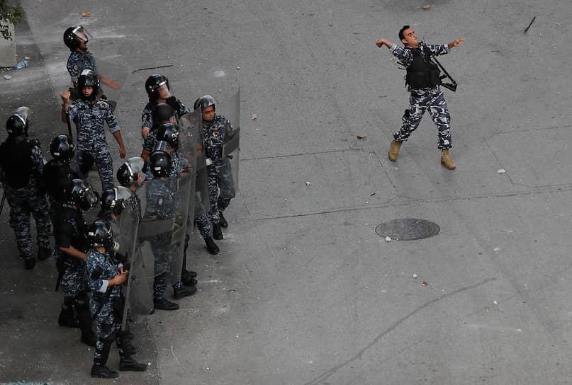 Митингующие требовали отставки правительства. Согласно лозунгам протестующих, именно власти должны нести ответственность за взрыв в порту Бейрута, в результате которого погибли более 150 человек