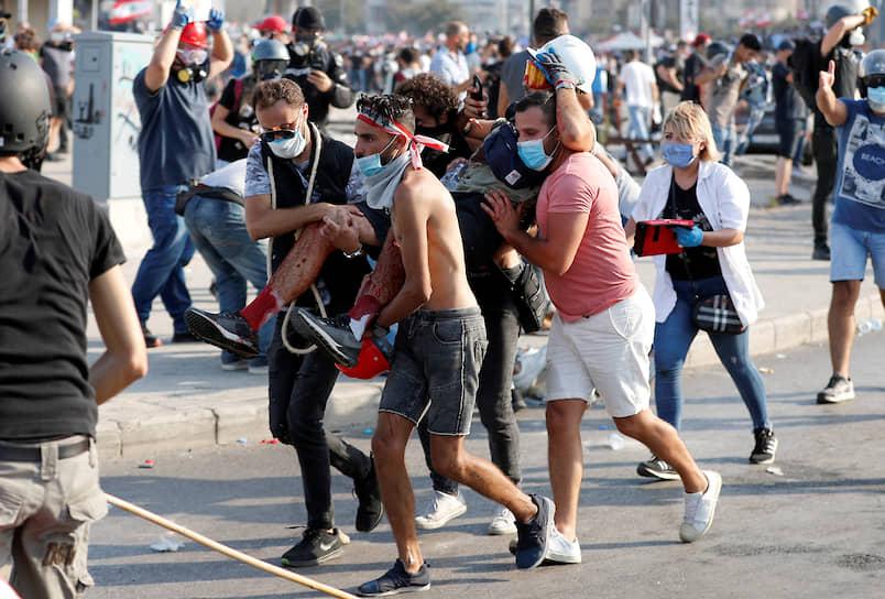 Полицейские, по данным местных СМИ, сначала пытались разогнать протестующих слезоточивым газом и дубинками. Демонстранты в ответ бросали в них камни