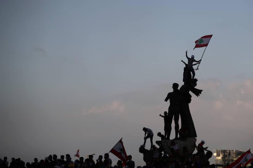 К протестующим обращался премьер-министр Ливана Хасан Диаб. Он заявил, что взрыв в порту Бейрута произошел из-за коррупции