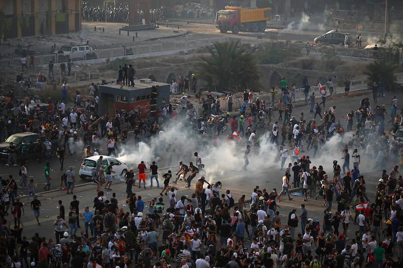Также демонстранты выражали недовольство экономической ситуацией в стране и обвиняли чиновников в коррупции
