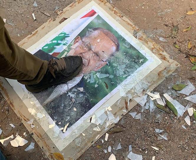 Разбитый портрет президента Ливана Мишеля Ауна