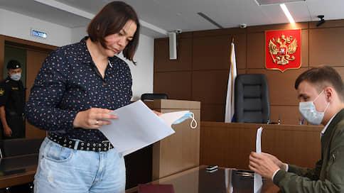 """Спецкора """"Ъ"""" оштрафовали на 10 тыс. рублей за футболку в поддержку Сафронова"""