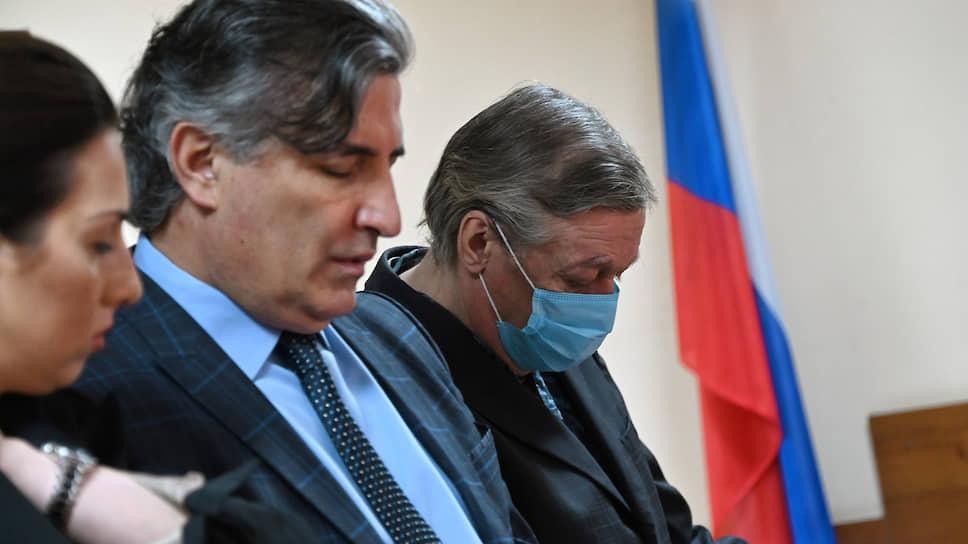 Актер Михаил Ефремов (справа) и его адвокат Эльман Пашаев