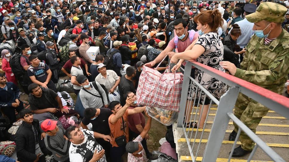 Трудовые мигранты из Узбекистана на станции Первомайская перед посадкой на вывозной поезд Ростова-на-Дону—Ташкент. 8 сентября 2020 года