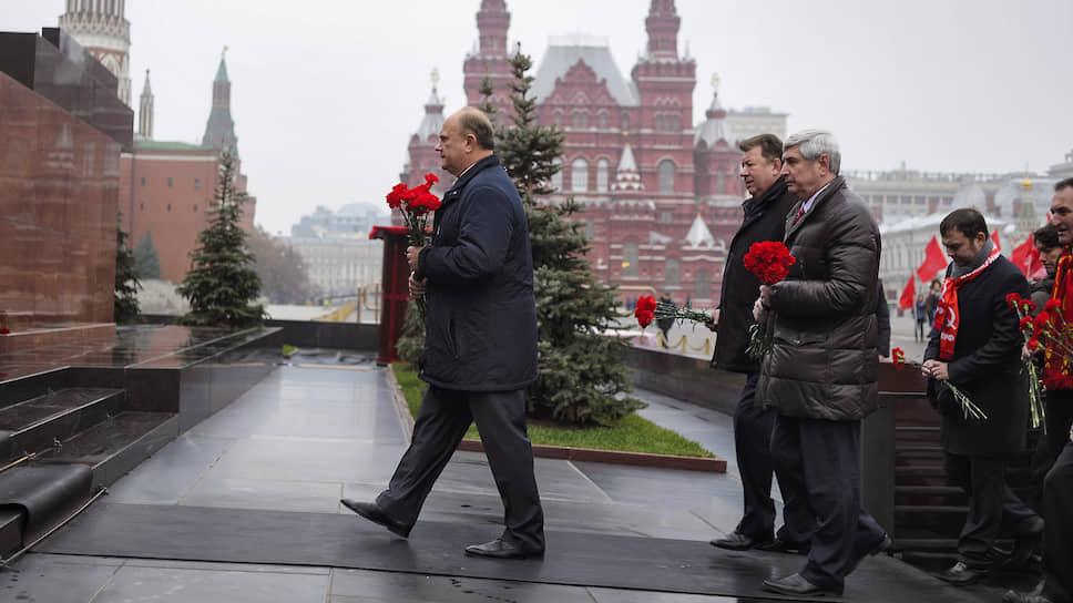 Лидер КПРФ Геннадий Зюганов на церемонии возложения венков к Мавзолею Ленина