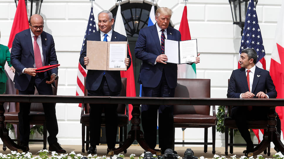 Глава МИД Бахрейна ОАЭ Абдель Латыф аз-Зайяни, премьер-министр Израиля Биньямин Нетаньяху, президент США Дональд Трамп и глава МИД ОАЭ Абдель Латыф аз-Зайяни и Абдалла бен Зейд аль-Нахайян