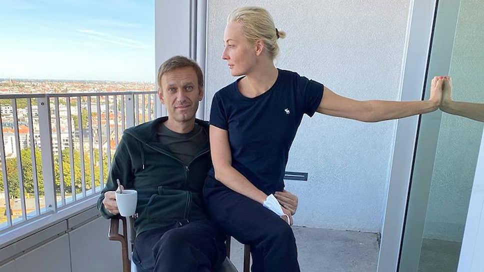 Алексей Навальный с женой Юлией в берлинской клинике Charite