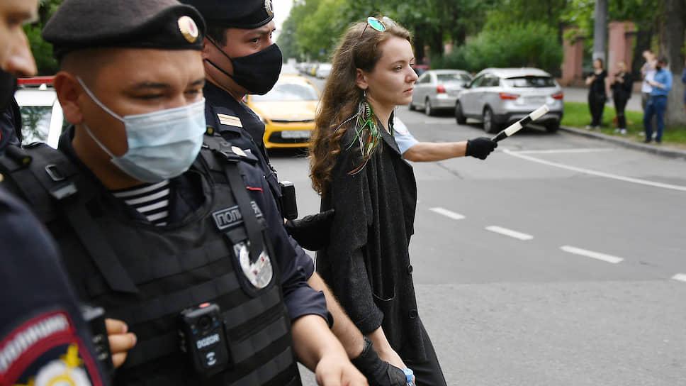 Виктория Феофанова (справа) во время задержания