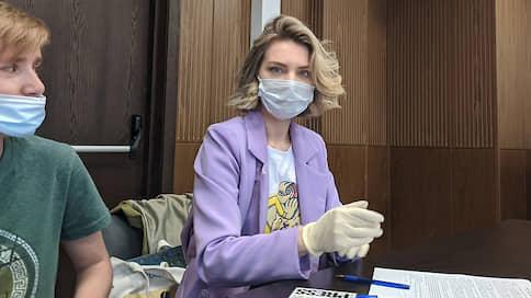 """Задержавших корреспондента """"Ъ"""" полицейских вызвали в суд по делу о пикете за Сафронова"""