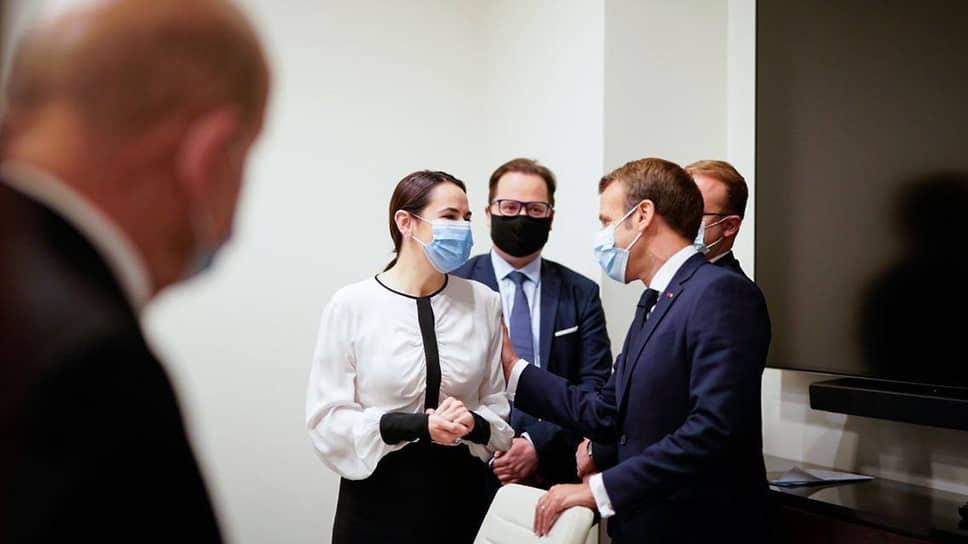 Бывший кандидат в президенты Белоруссии Светлана Тихановская и президент Франции Эмманюэль Макрон (справа)