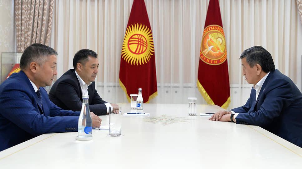 Президент Киргизии Сооронбай Жээнбеков (справа), на встрече со спикером парламента Канатом Исаевым (крайний слева) и премьер-министром Садыром Жапаровым