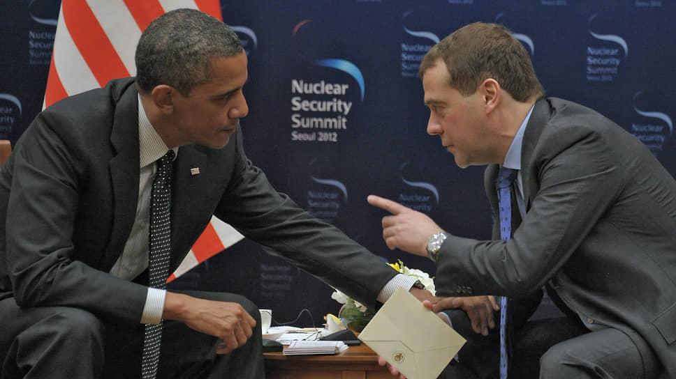Президент США Барак Обама (слева) и президент России Дмитрий Медведев 26 марта 2012 года на саммите по ядерной безопасности