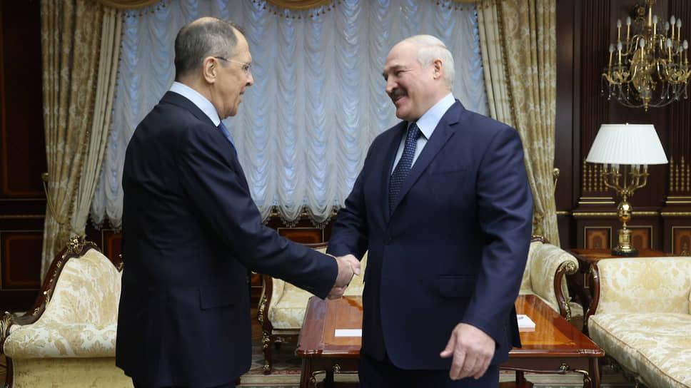 Министр иностранных дел России Сергей Лавров (слева) и президент Белоруссии Александр Лукашенко