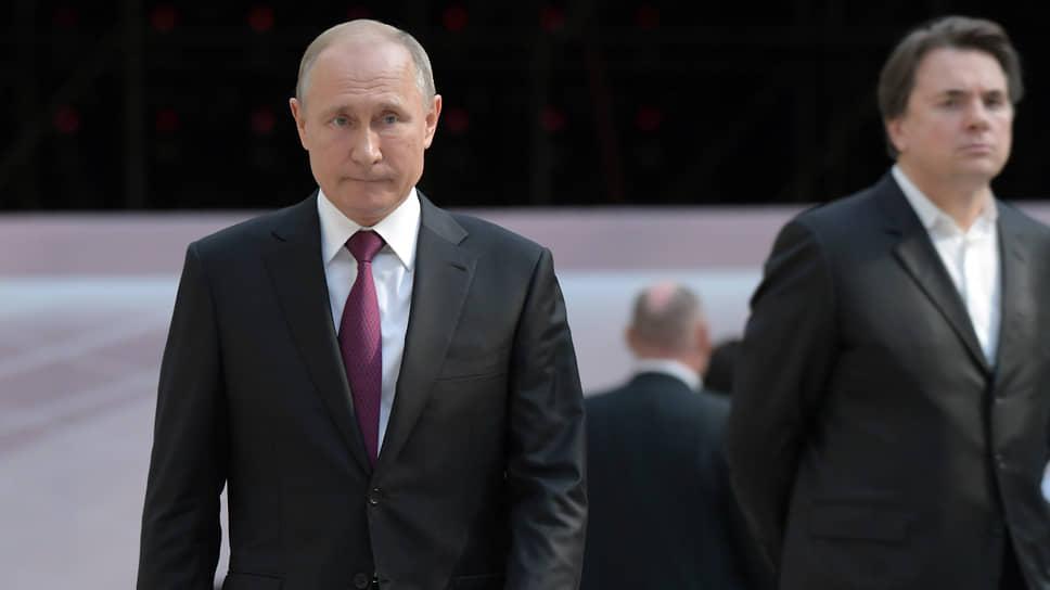 Президент России Владимир Путин (слева) и генеральный директор телекомпании «Первый канал» Константин Эрнст