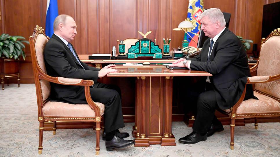 Президент России (слева) и глава Федерации независимых профсоюзов России Михаил Шмаков