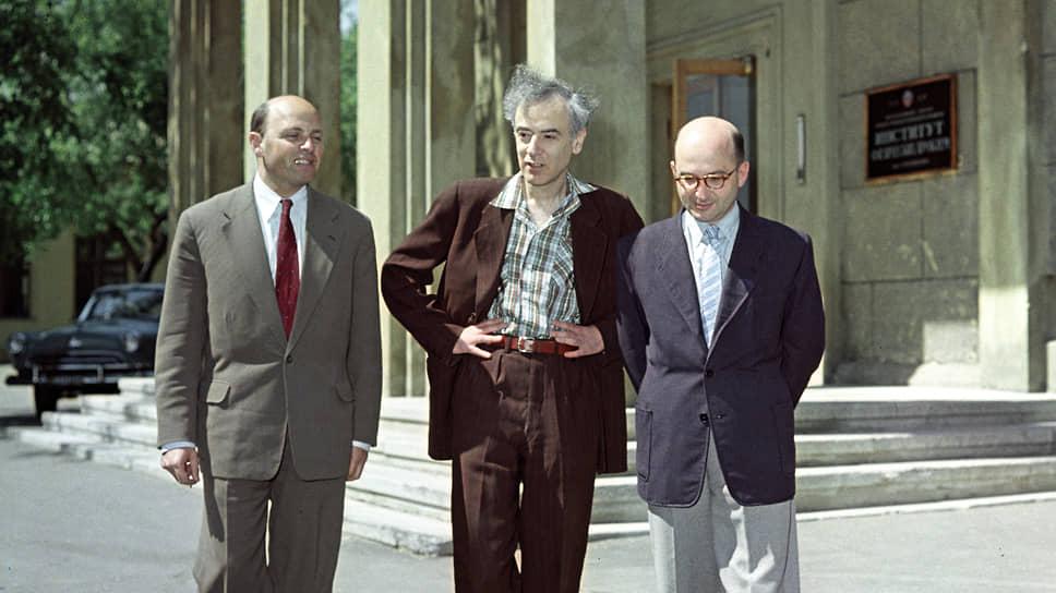 Слева направо: ученые-физики Исаак Халатников, Лев Ландау и Евгений Лифшиц (1959 г.)