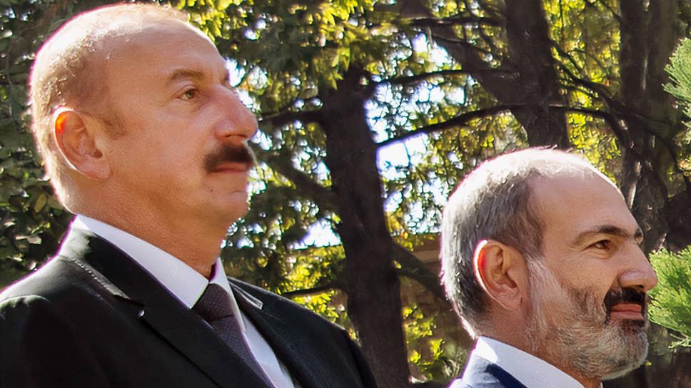 Президент Азербайджана Ильхам Алиев (слева) и премьер-министр Армении Никол Пашинян