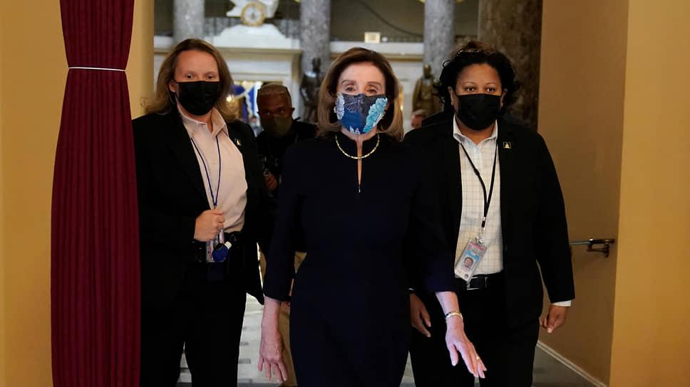 Спикер Палаты представителей США Нэнси Пелоси (в центре)
