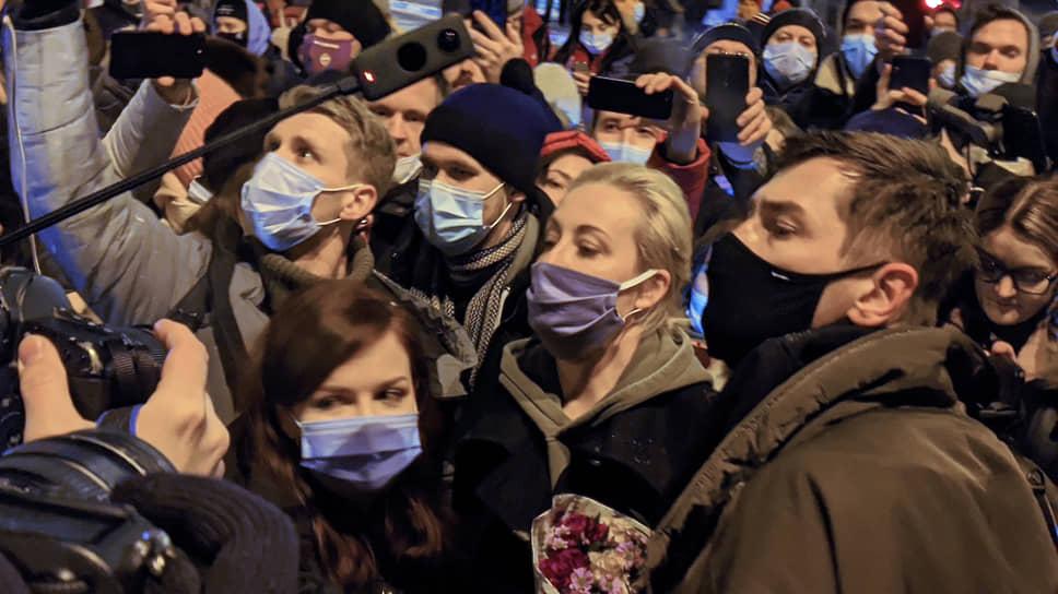 Юлия Навальная (в центре)