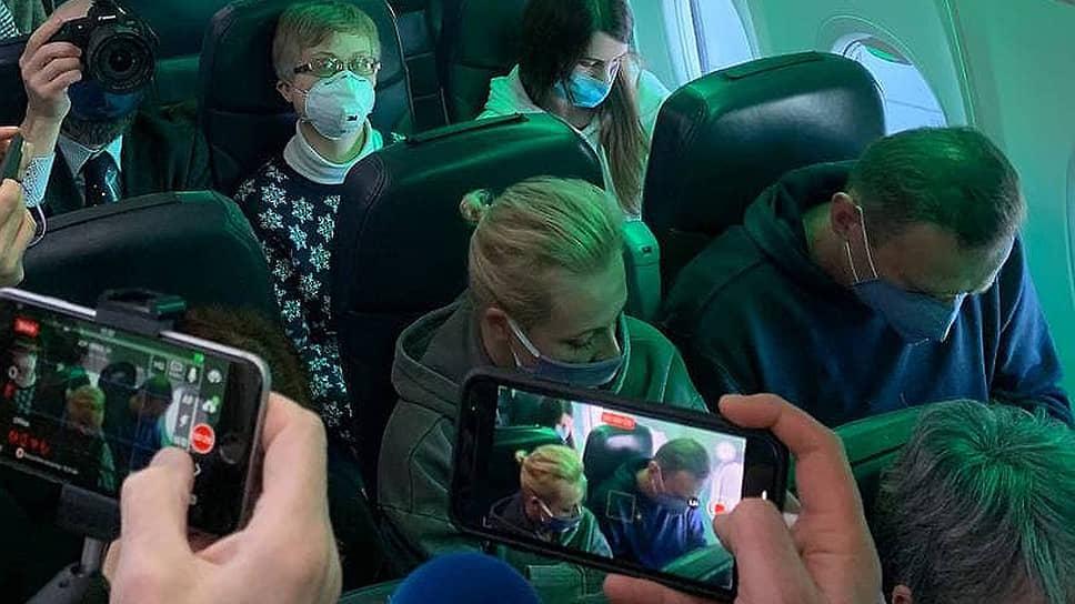 Алексей Навальный с женой Юлией на борту самолета