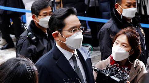 Главу Samsung приговорили к 2,5 года за коррупцию