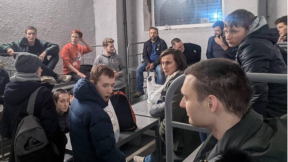 Задержанные после протестных митингов в Центре временного содержания иностранных граждан «Сахарово»