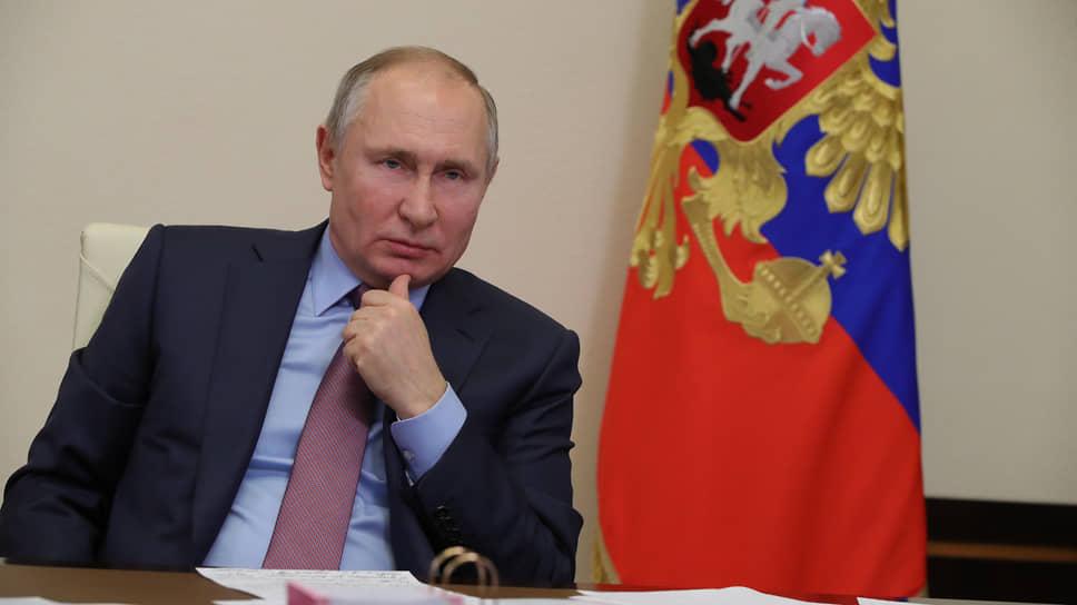 Владимир Путин обвинил чиновников в подгонке показателей зарплат в социальной сфере
