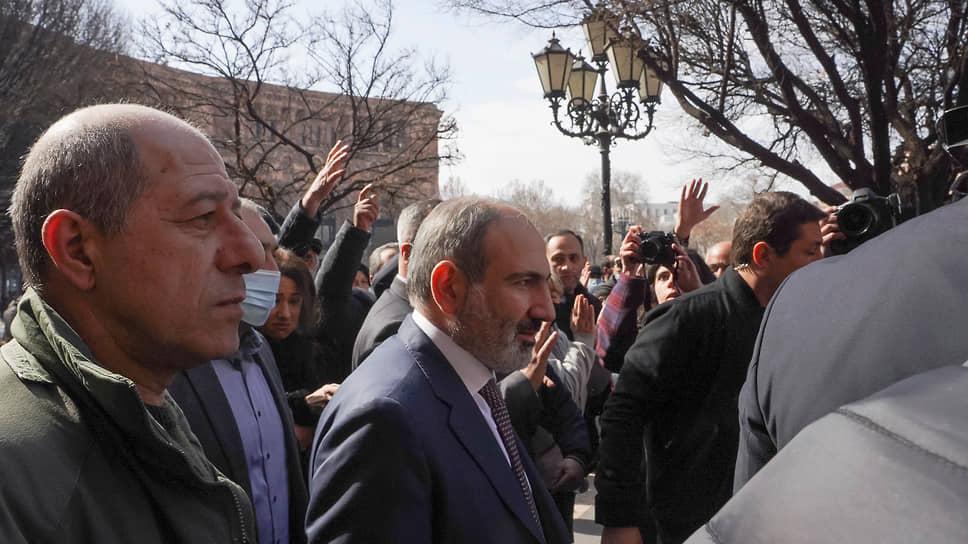 Премьер-министр Армении Никол Пашинян (второй слева)