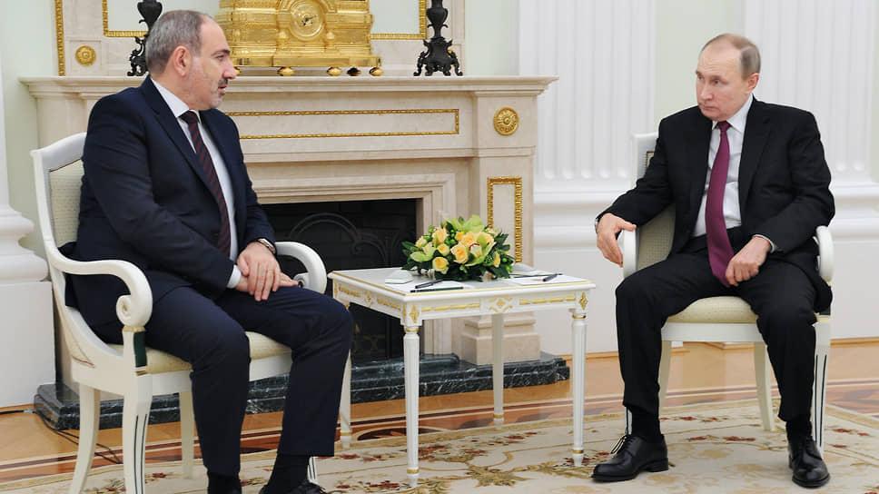 Премьер-министр Армении Никол Пашинян (слева) и президент России Владимир Путин во время переговоров в Кремле в январе 2021 года
