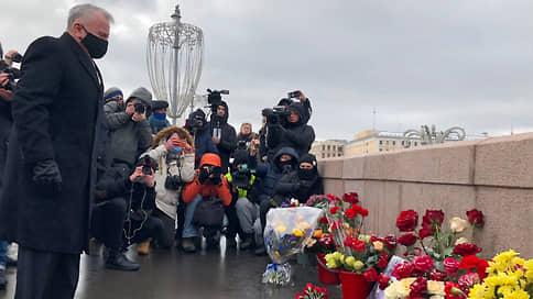 Послы США, Великобритании и Латвии возложили цветы к месту гибели Бориса Немцова