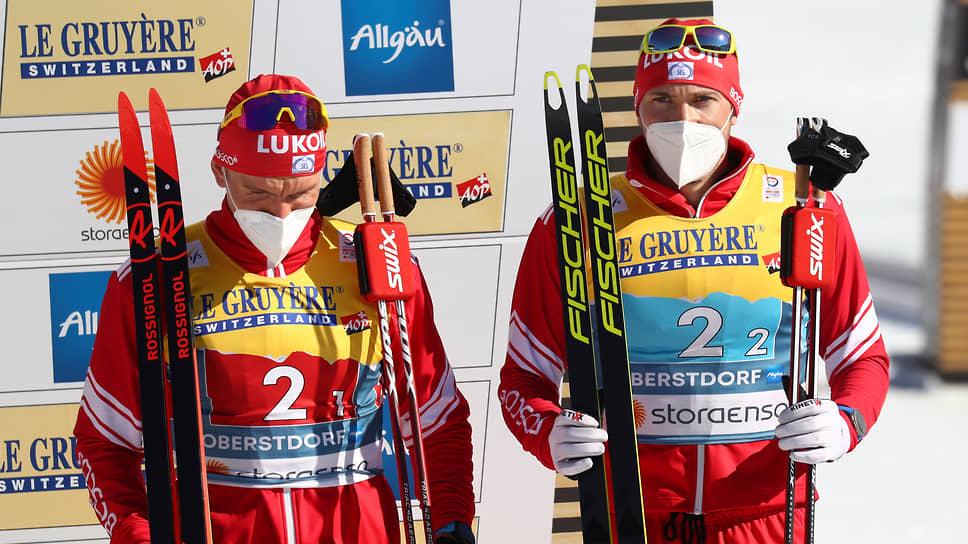 Россияне Александр Большунов (слева) и Глеб Ретивых