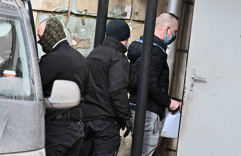 Иван Сафронов (справа) на входе в Лефортовский суд 2 марта