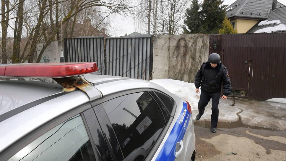 Сотрудники полиции возле дома 10 по улице Прибрежная, где забаррикадировался Владимир Барданов, открывший стрельбу