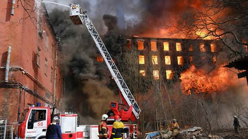 СКР возбудил дело после гибели пожарного при тушении Невской мануфактуры