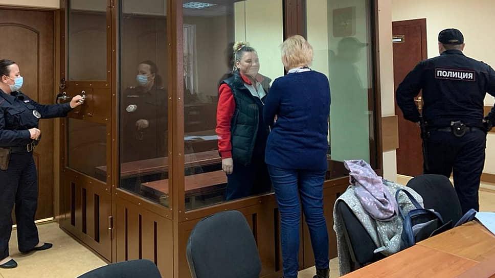Генеральный директор фирмы, владеющей зданием гостиницы «Вечный зов», Татьяна Вербицкая (за стеклом)