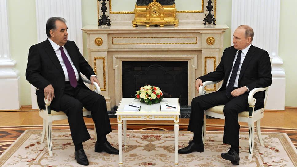 Встреча президентов России и Таджикистана Владимира Путина (справа) и Эмомали Рахмона