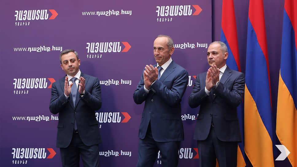 Бывший президент Роберт Кочарян (в центре) и главы партий «Дашнакцутюн» и «Возрождающаяся Армения» Ишхан Сагателян (слева) и Ваге Акопян (справа)